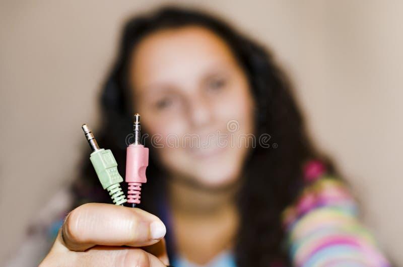 Fille heureuse montrant des connecteurs mâles de fil photo libre de droits