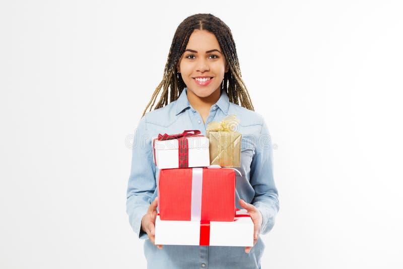 Fille heureuse noire avec un bon nombre de boîte-cadeau sur le fond blanc photographie stock