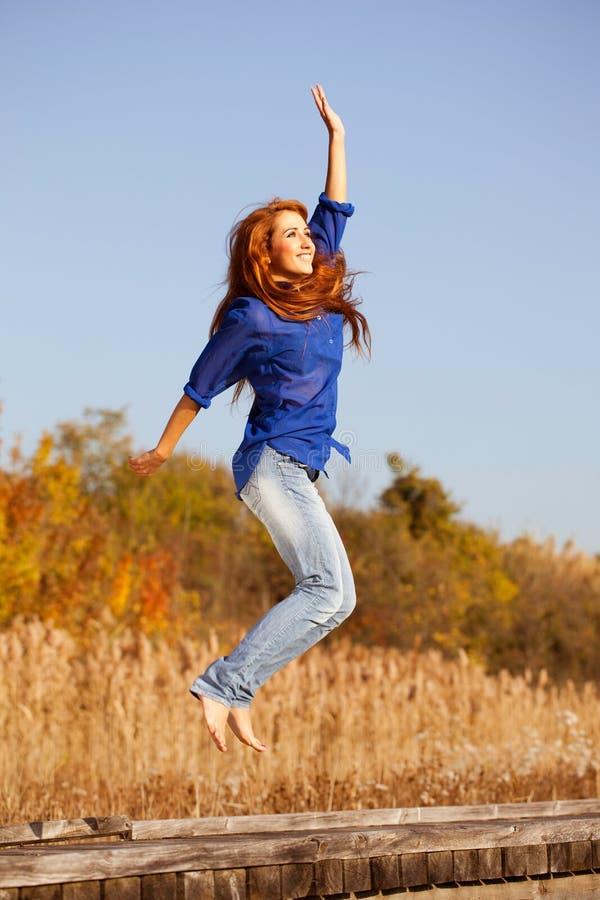 Fille heureuse sautant dans la nature photographie stock libre de droits