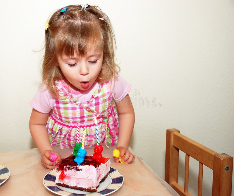 Fille heureuse sur l'anniversaire photographie stock