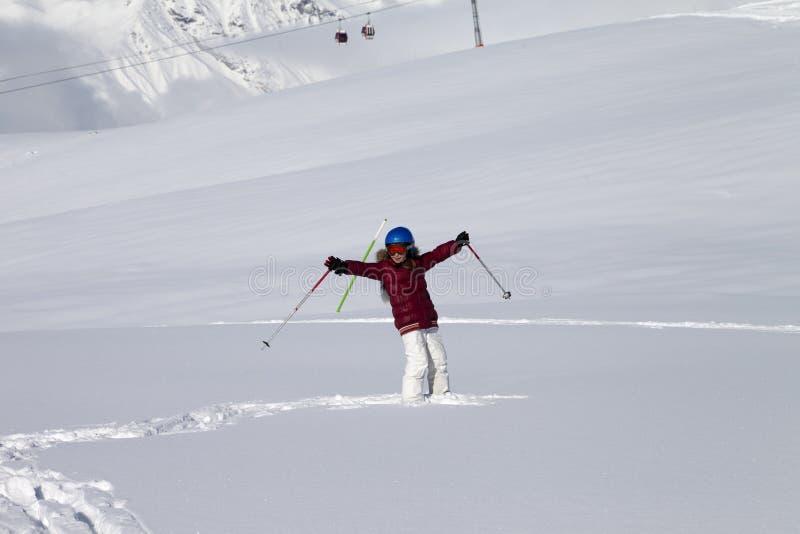 Fille heureuse sur la pente hors-piste avec la nouvelle neige tombée au soleil gentil d images stock