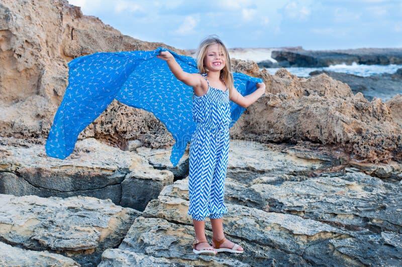 Fille heureuse sur la plage photo stock