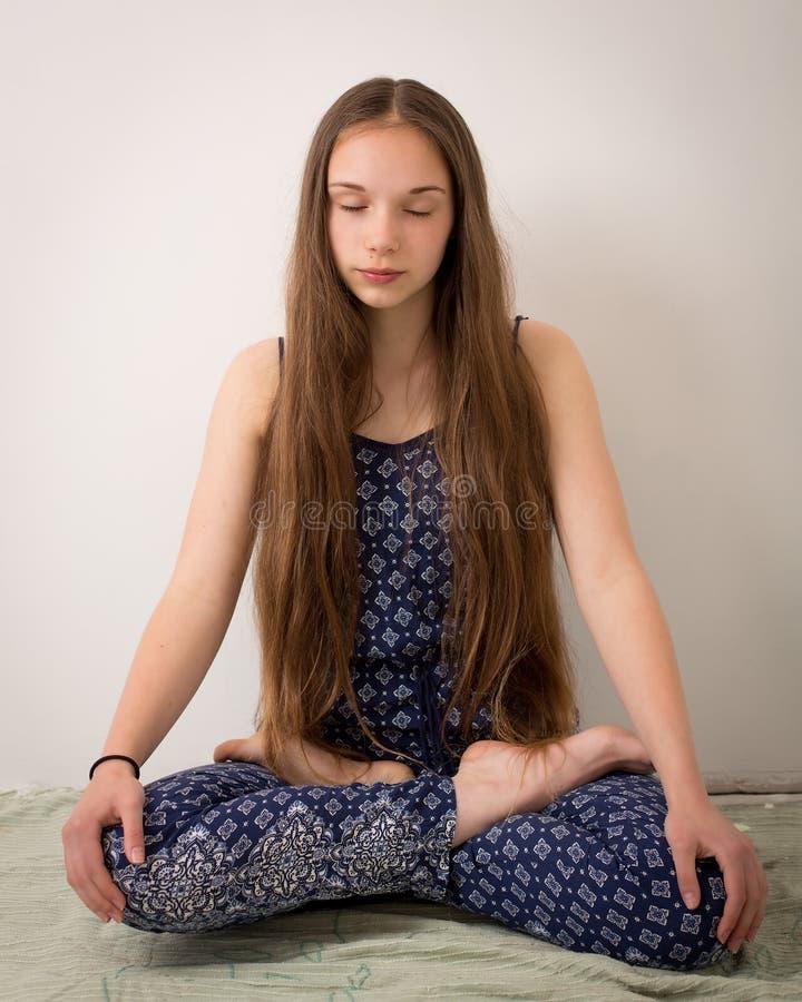 Download Fille Hippie Adolescente De Brune En Lotus Pose Photo stock - Image du seulement, seul: 56490832