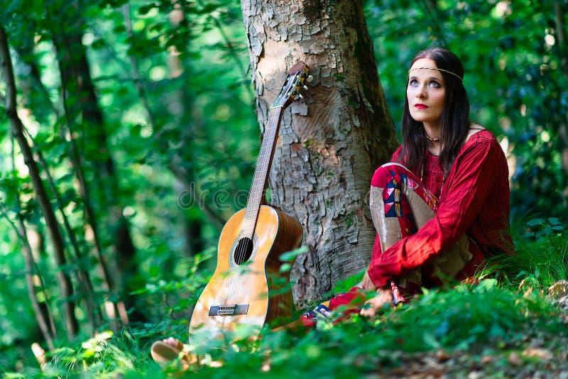 Fille hippie avec la guitare photographie stock libre de droits