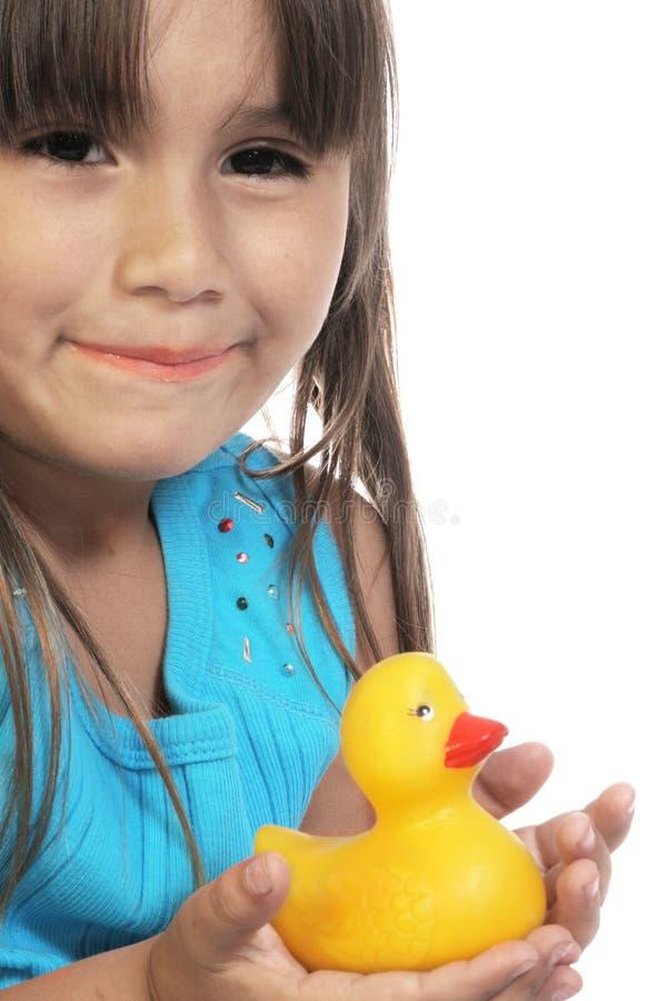 Fille hispanique avec le canard de jouet images stock
