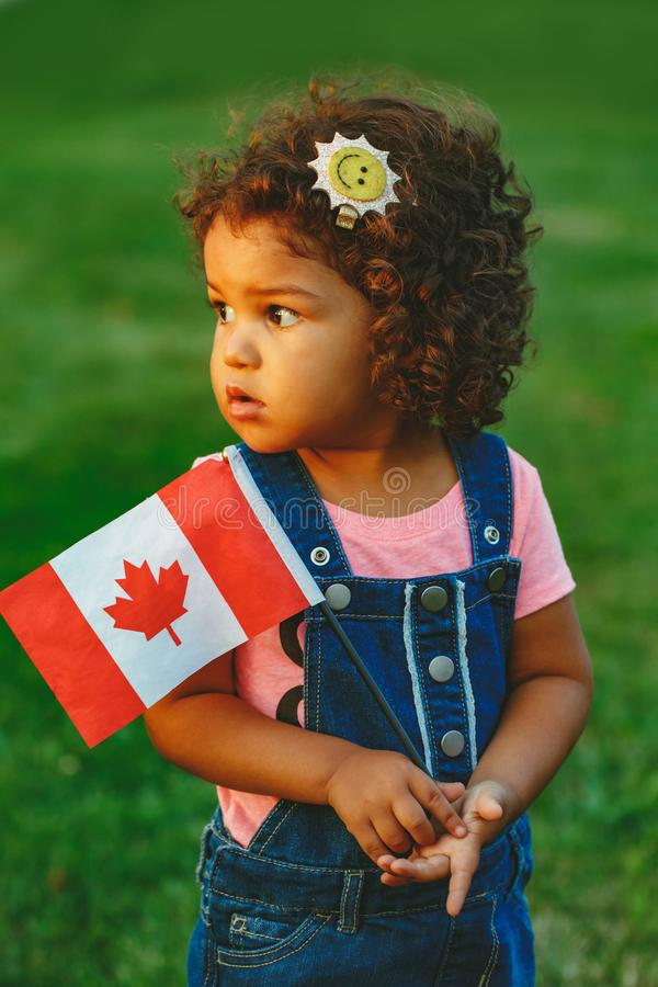 fille hispanique latine d'enfant en bas âge de bébé tenant le drapeau canadien de ondulation photo libre de droits