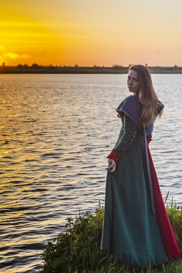 Fille historique - robe médiévale images libres de droits