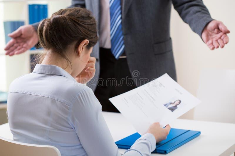 Fille honteuse faisant acte de candidature pour un travail image stock