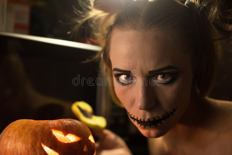 Download Fille Horrible Avec La Bouche Et Les Yeux Effrayants Image stock - Image du sanglant, fille: 77152959