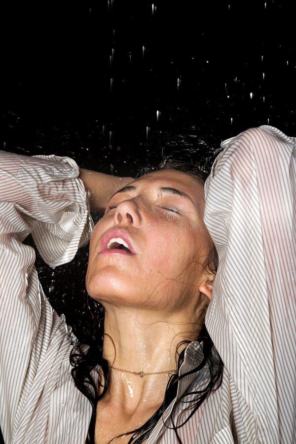 Fille humide sous la pluie photo libre de droits