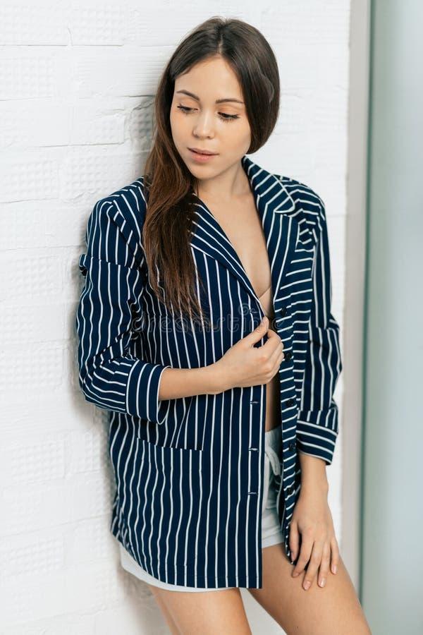 fille impressionnante dans des pyjamas élégants posant à la caméra photo stock