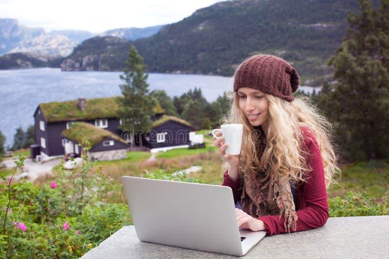 Fille indépendante travaillant sur l'ordinateur portable en nature images stock