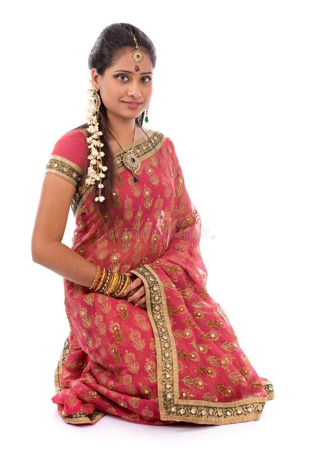 Fille indienne dans des vêtements de sari image stock