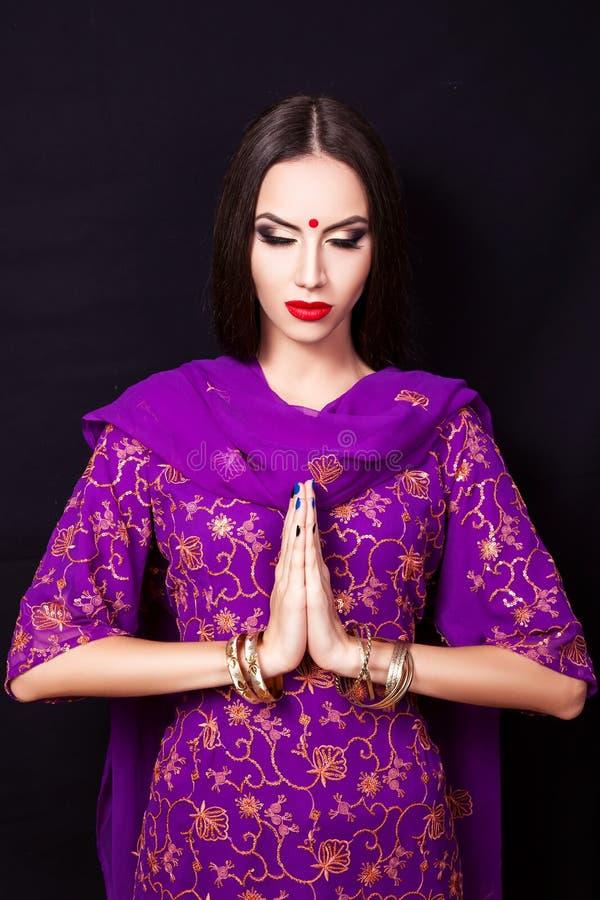 fille indienne dans l 39 image d 39 un beau maquillage image stock image du bijoux asiatique 72302525. Black Bedroom Furniture Sets. Home Design Ideas