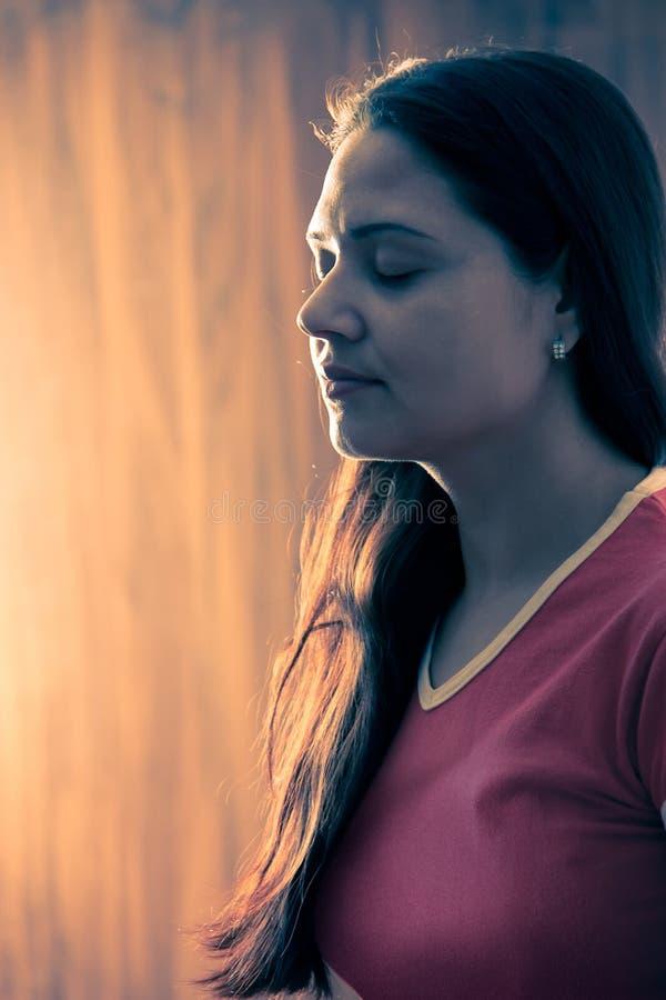 Fille indienne dans la méditation photographie stock libre de droits