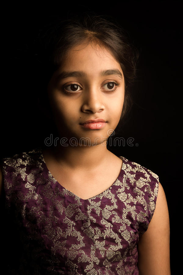 Fille indienne dans la robe traditionnelle, d'isolement sur le fond noir images libres de droits