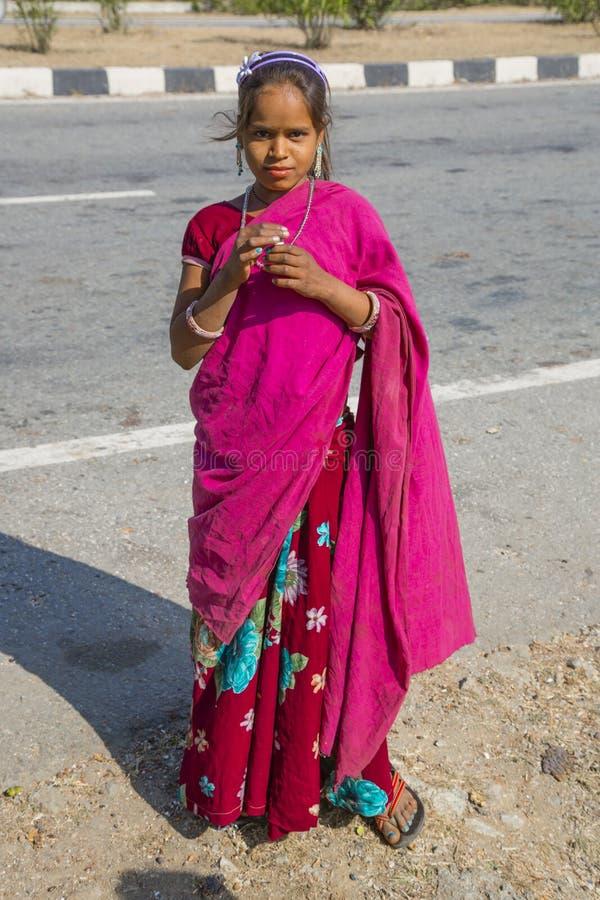 Fille indienne dans le sari rose image libre de droits