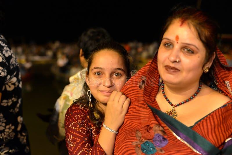 Fille indienne se cachant derrière sa mère photos stock