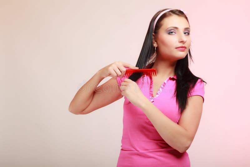 Fille infantile de femme puérile peignant des cheveux. Désirer ardemment pour l'enfance. photos stock