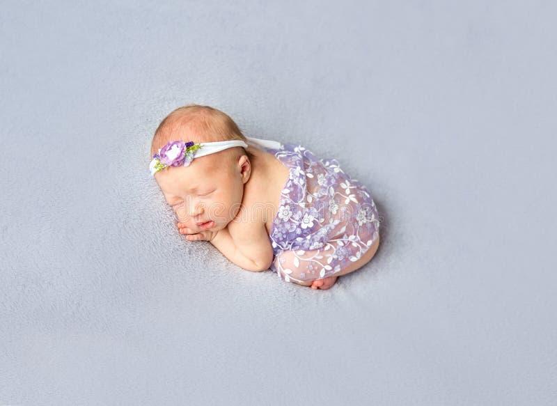 Fille infantile douce dormant dans une pose drôle image libre de droits