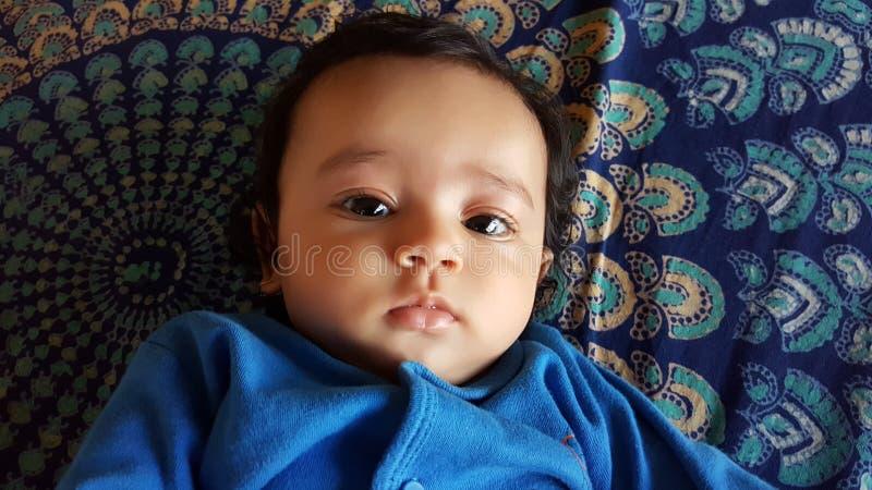 Fille infantile indienne de belle alerte avec la robe bleue images stock