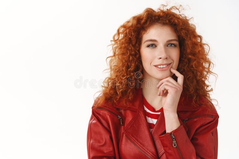 Fille intéressante même considérant l'achat pas Strabisme bouclé de coiffure de femme impertinente rousse curieuse attirante intr photos libres de droits