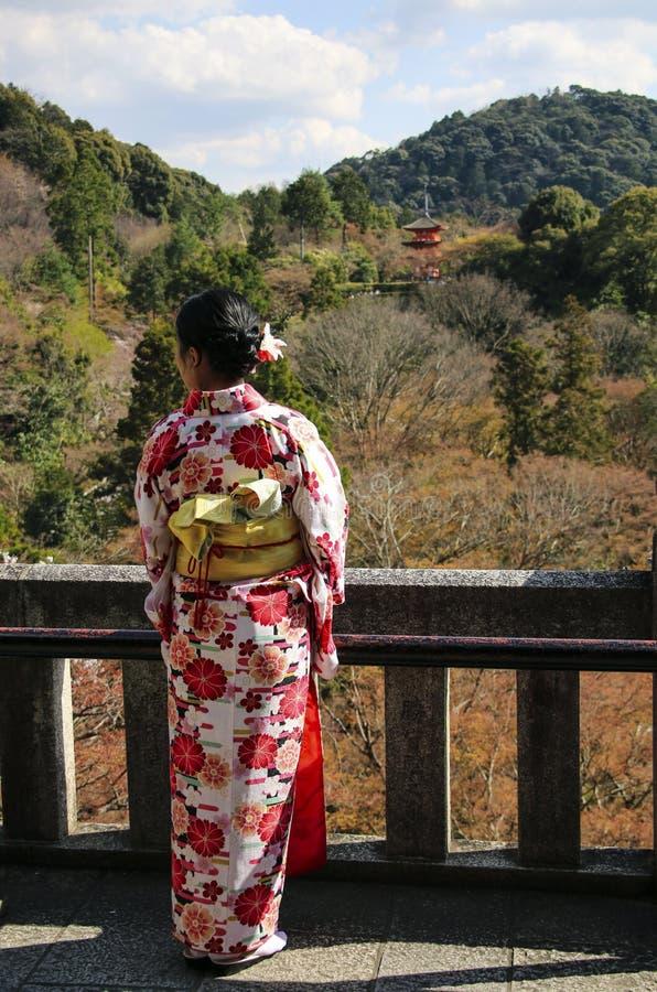 Fille japonaise dans la robe de kimono au temple bouddhiste de Kiyomizu-dera à Kyoto, Japon image stock