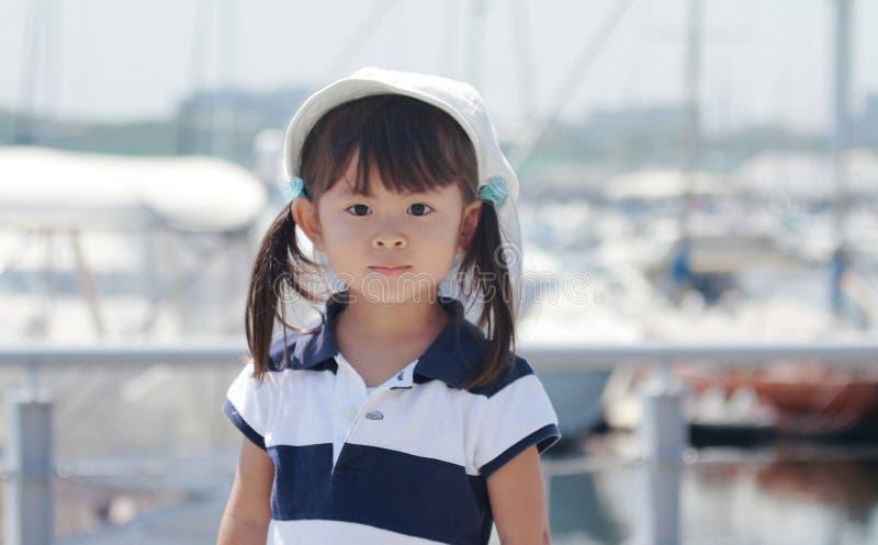 Fille japonaise de sourire au port photos stock