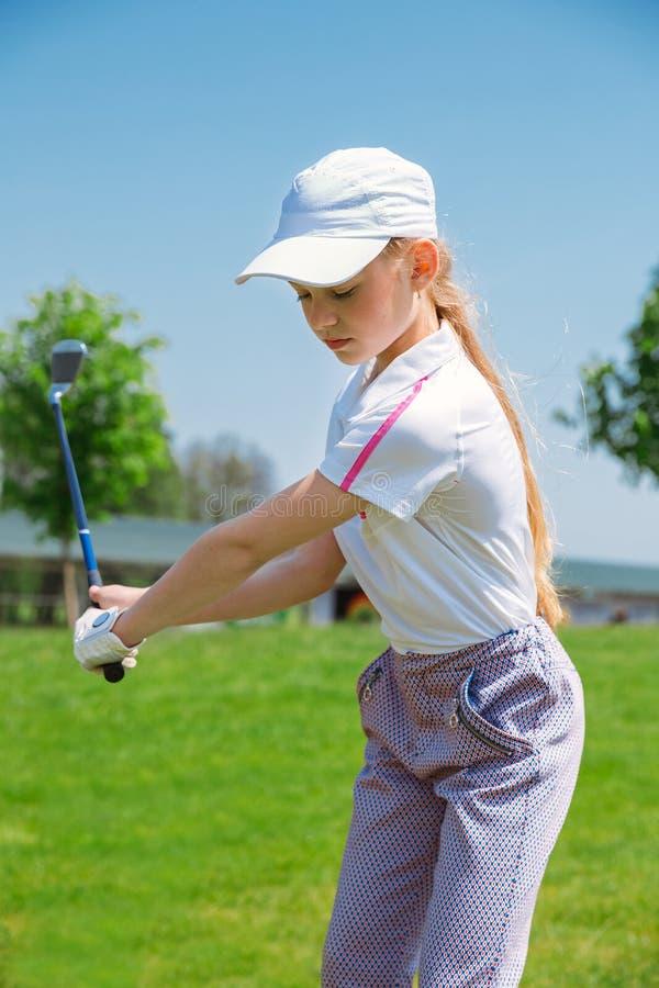 Fille jouant au golf images libres de droits