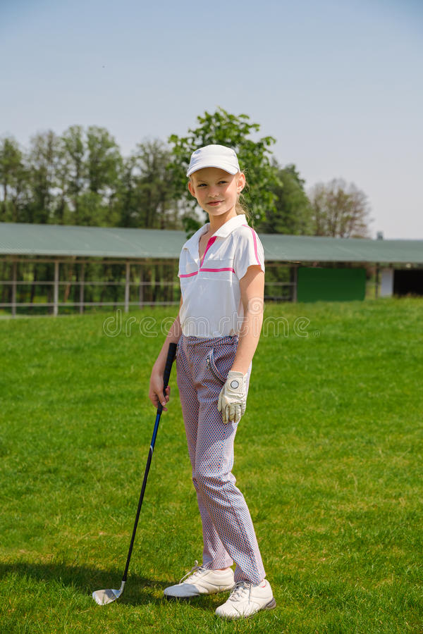 Fille jouant au golf image stock