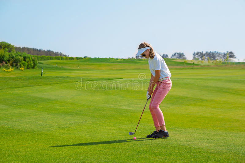 Fille jouant au golf photos stock