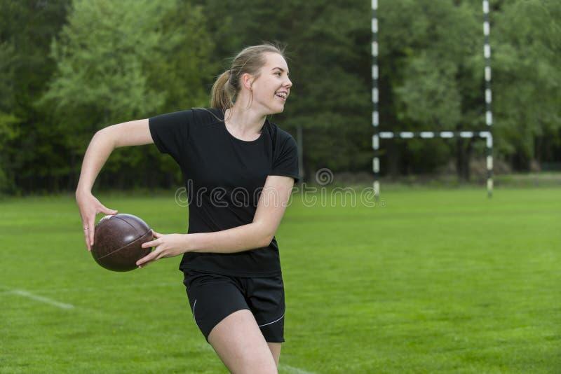 Fille jouant au rugby ensemble ext?rieur en ?t? image libre de droits