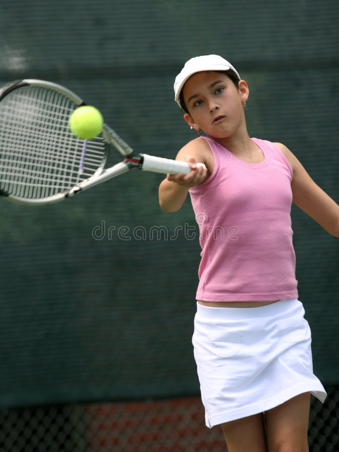 Fille jouant au tennis photographie stock