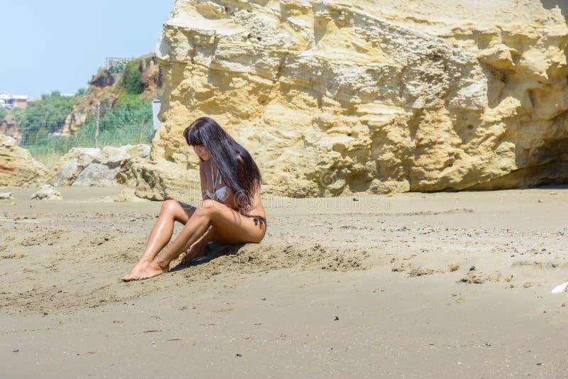 Fille jouant avec le sable images libres de droits