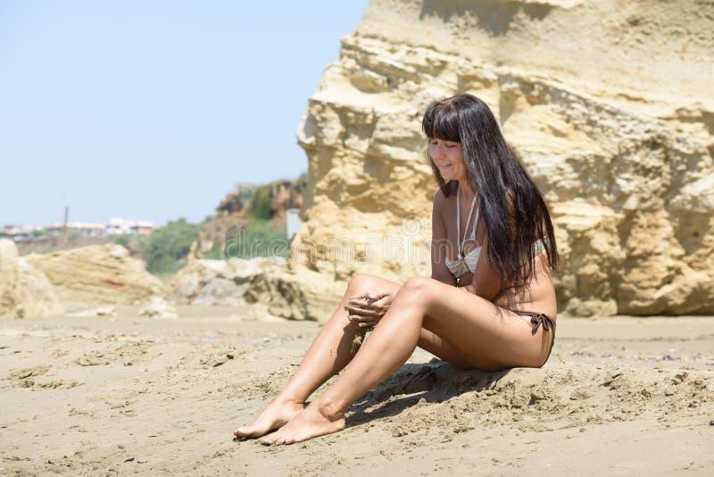 Fille jouant avec le sable photo libre de droits