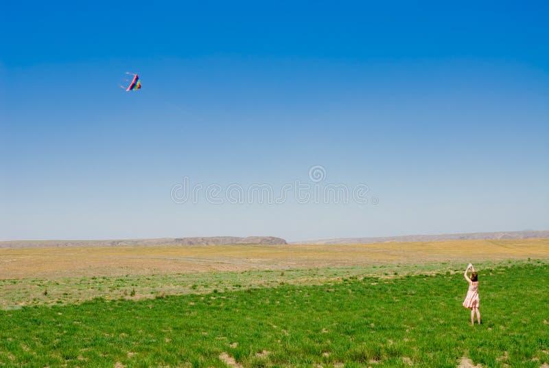 Fille jouant avec un cerf-volant photo libre de droits