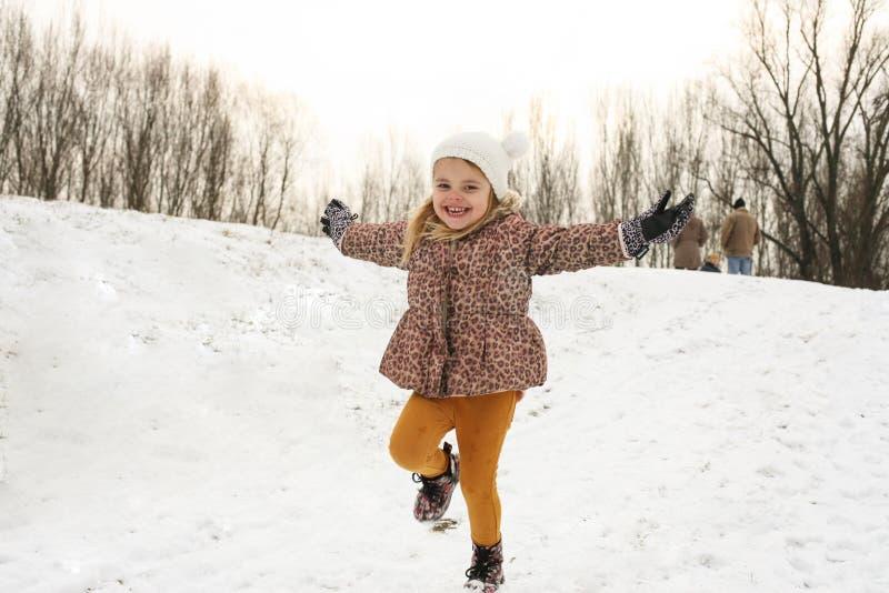Fille jouant dans la neige photos libres de droits