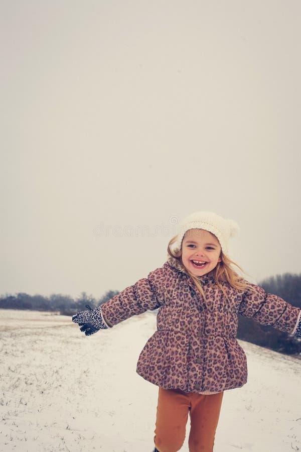 Fille jouant dans la neige images libres de droits