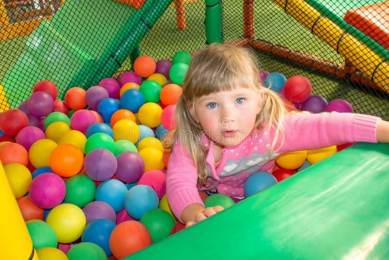 Fille jouant et profitant d'un agréable moment dans une salle de boule sur le terrain de jeu photo libre de droits