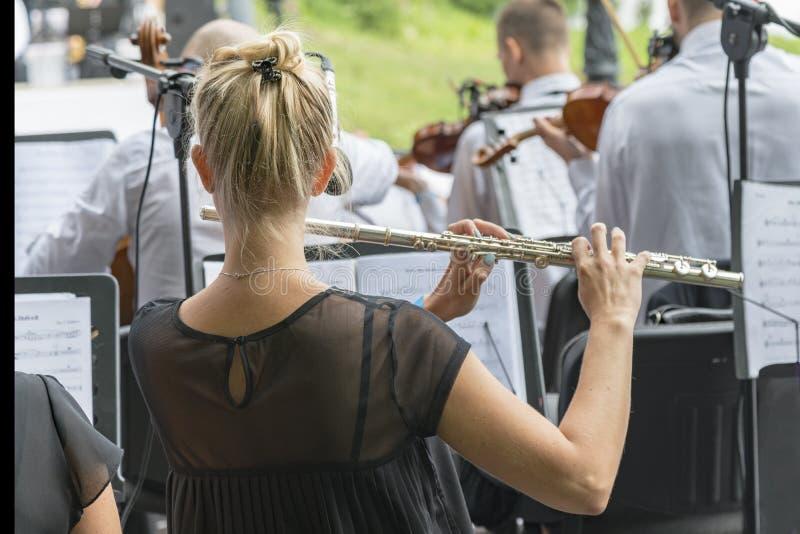 Fille jouant la cannelure en parc Femme jouant la cannelure jeu sur une cannelure d'instrument de musique à l'événement la cannel photo stock