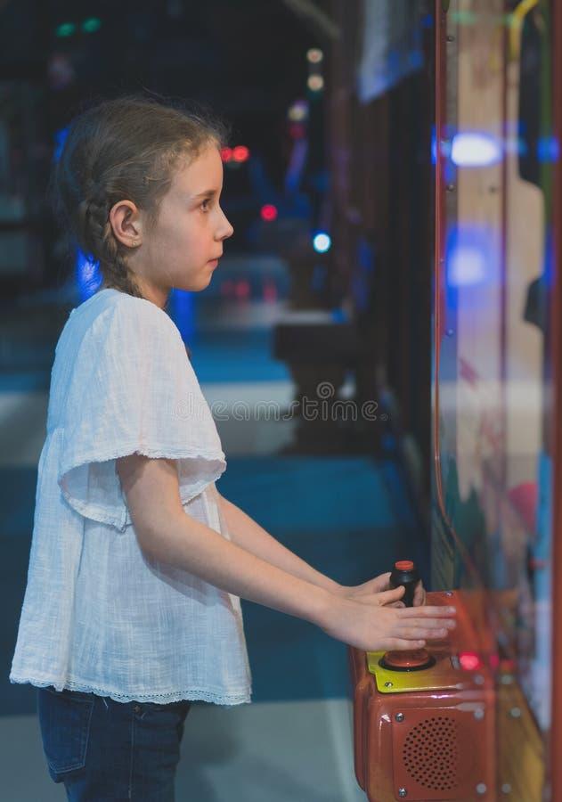Fille jouant la grue de griffe photo stock