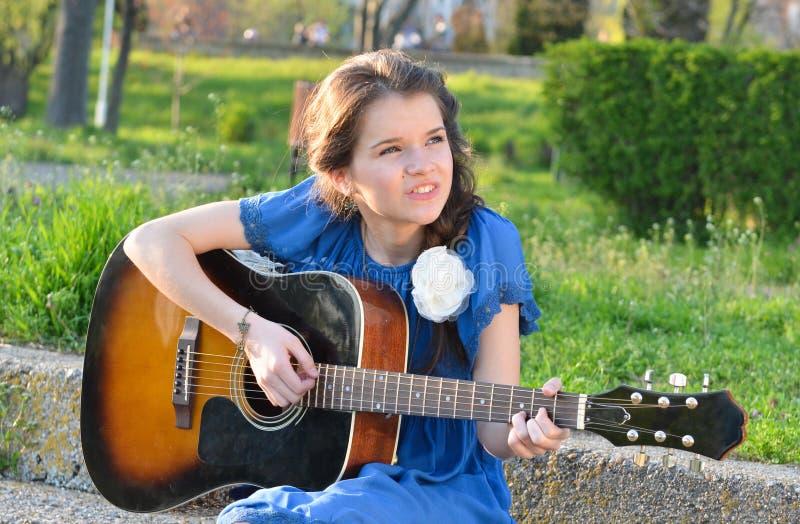 Fille jouant la guitare en nature photos libres de droits