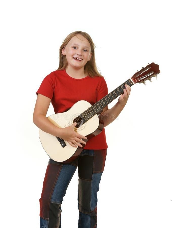 Fille jouant la guitare sur le blanc photographie stock libre de droits