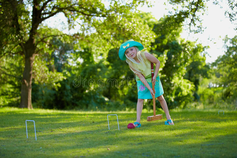Fille Jouant Le Jeu De Croquet Photo stock