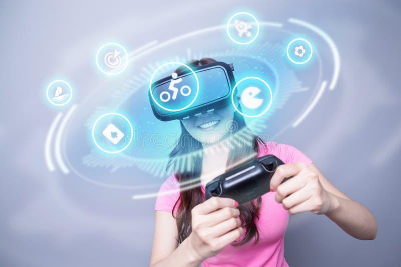 Fille jouant le jeu utilisant VR photographie stock
