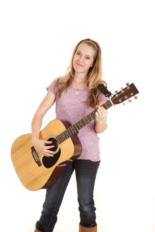 Fille jouant le sourire de guitare photo stock