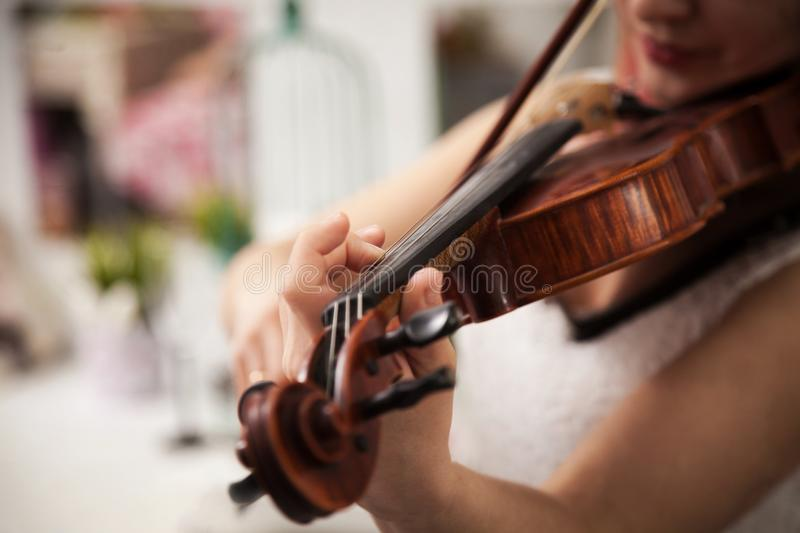 Fille jouant le violon photo libre de droits