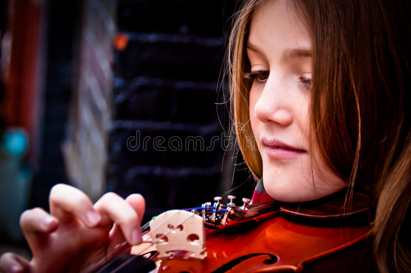 Fille jouant le violon photos stock