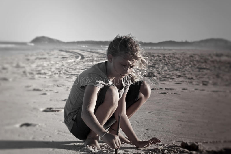 Fille jouant sur le sable photo libre de droits