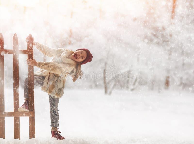 Fille jouant sur une promenade d'hiver image libre de droits